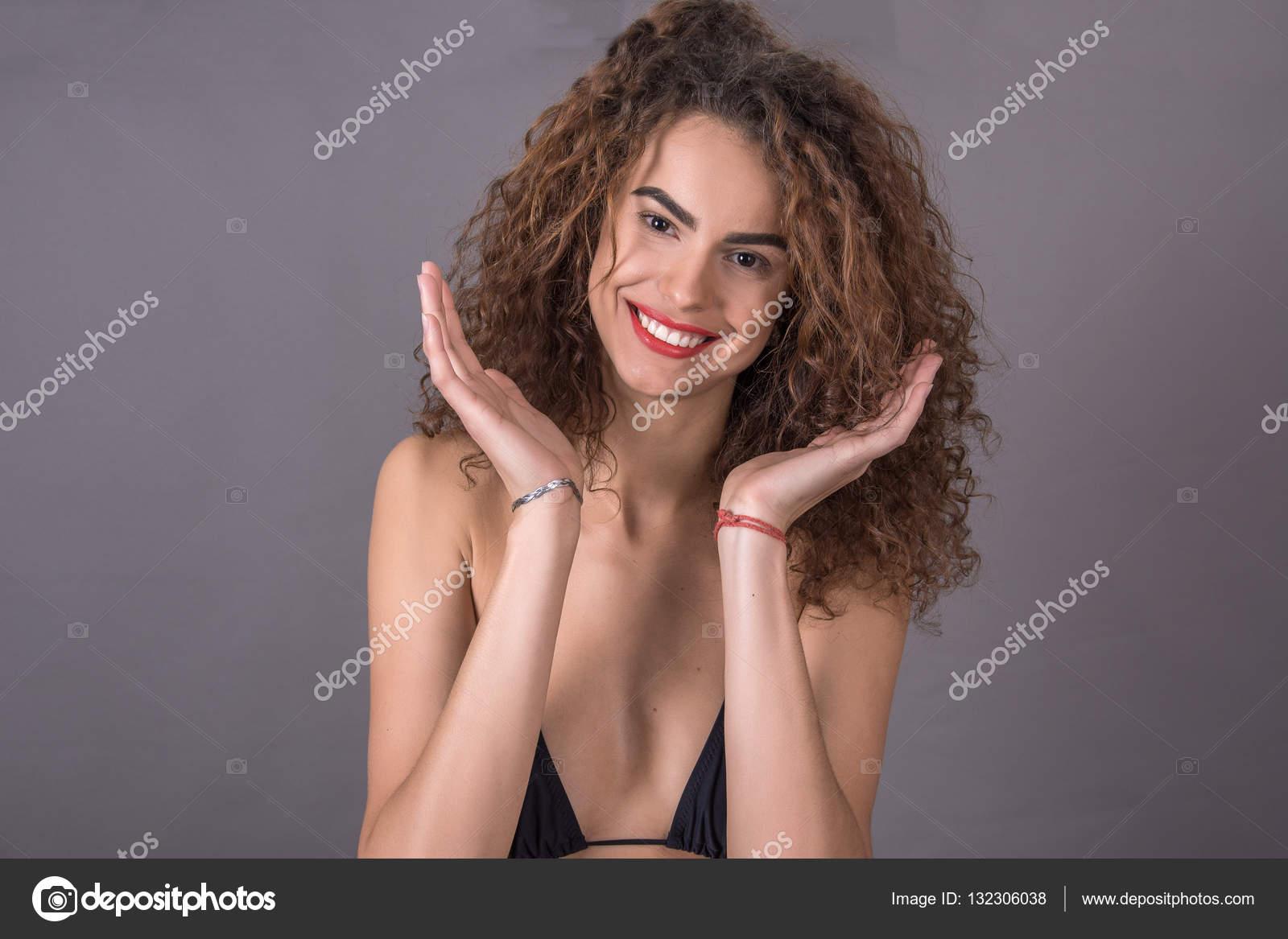Красивые фото кудрявая девушка