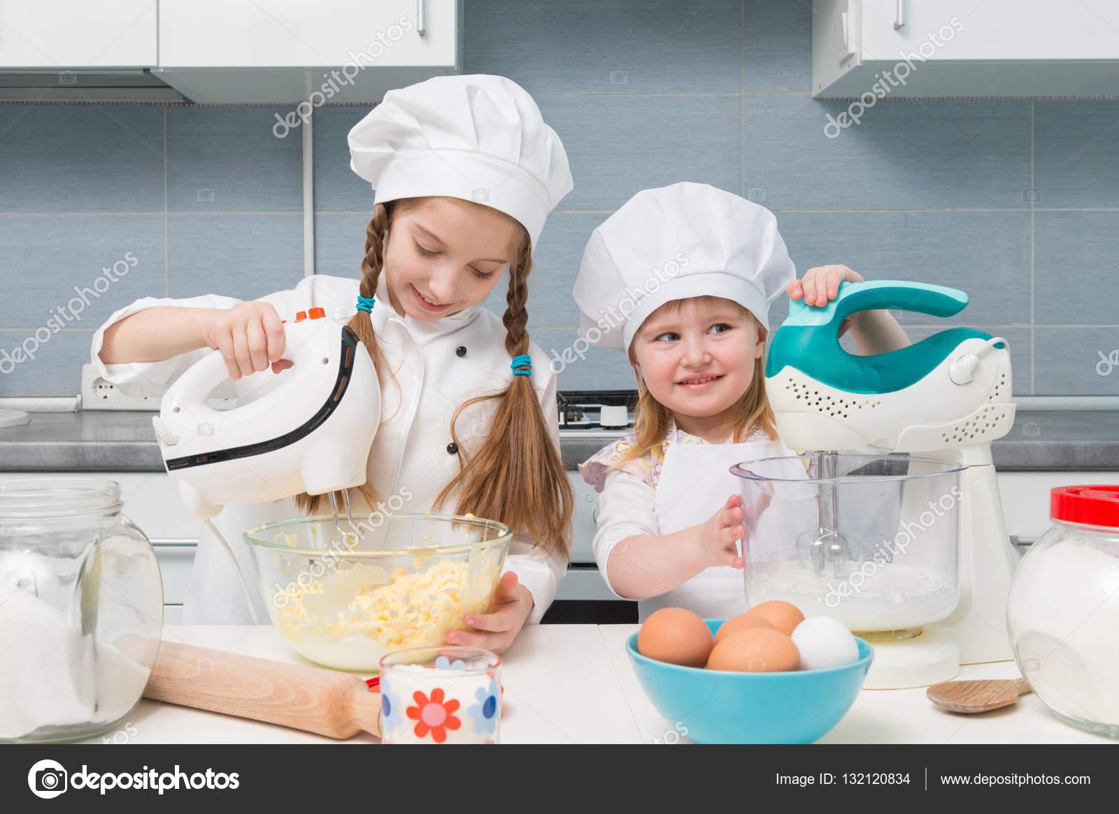malé dívky Dvě malé dívky v kuchař uniformy – Stock obrázek