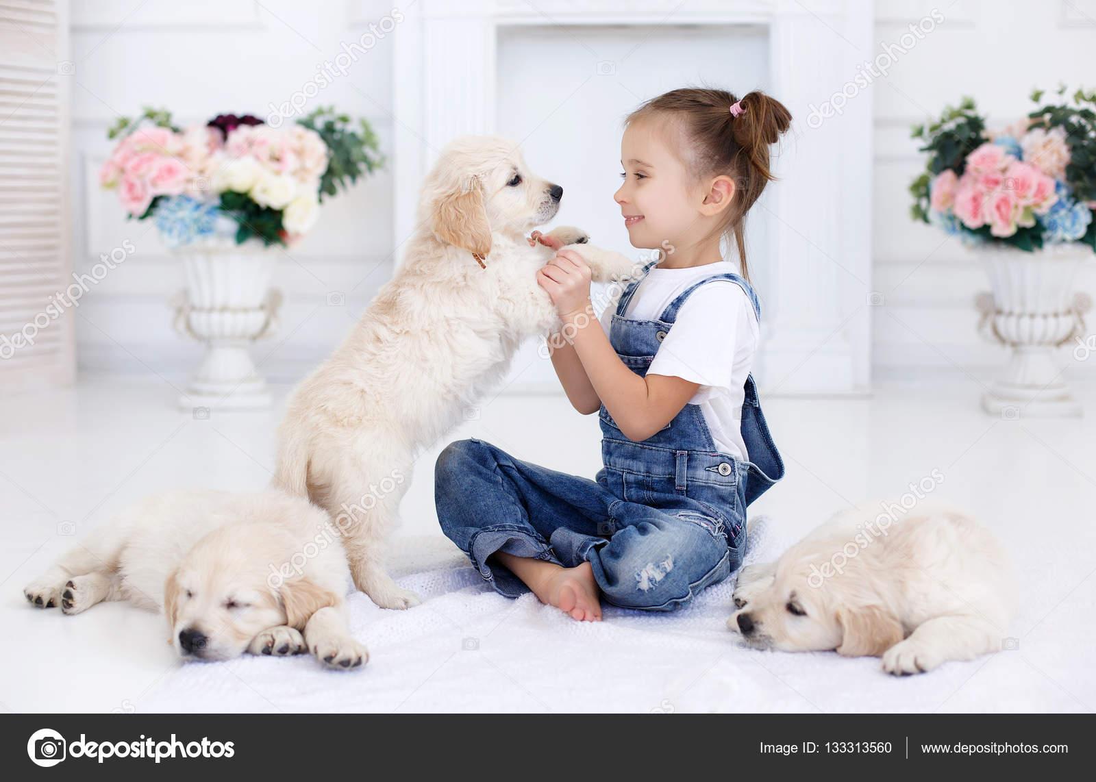 Ребёнок и щенок фото