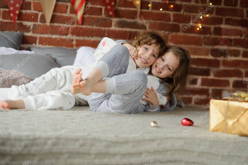 Fratello e sorella hanno messo su allegro lotta sul letto - Fratello e sorella a letto insieme ...
