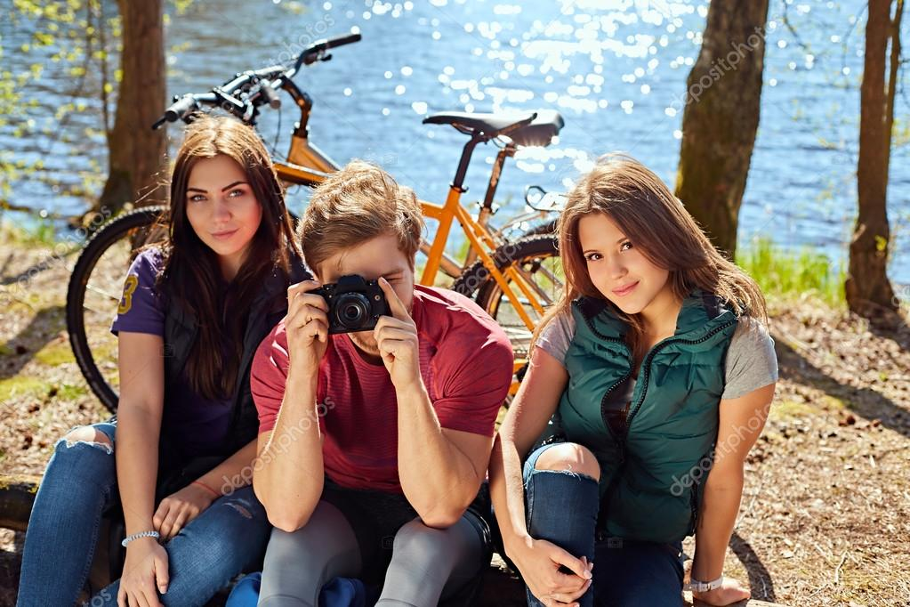Две девочки трахают мужика фото 247-284