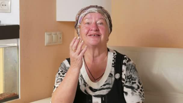 женщины в возрасте дома видео