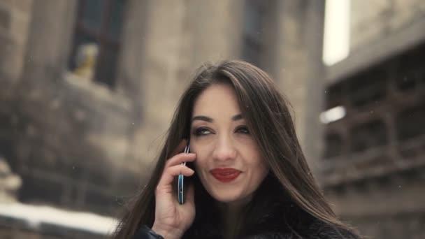 Смартфон девушка красивая разговаривает