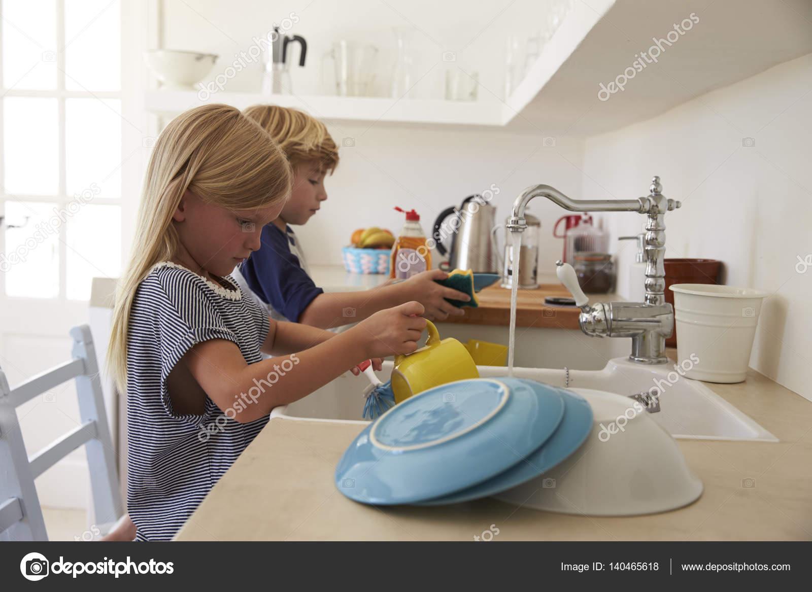 Niños, Lavar Los Platos En La Cocina