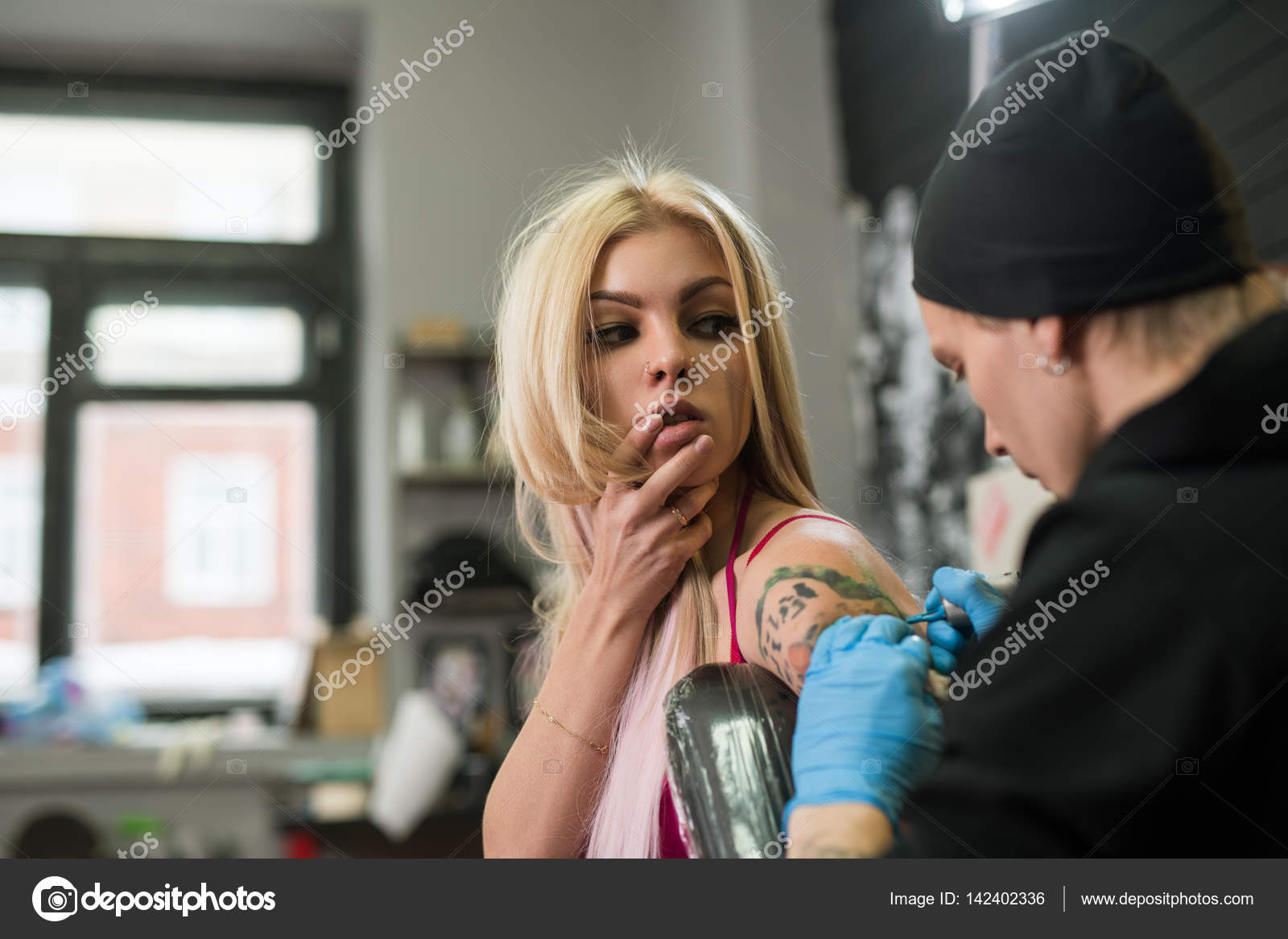 Сексуальная блондинка на работе фото 324-244