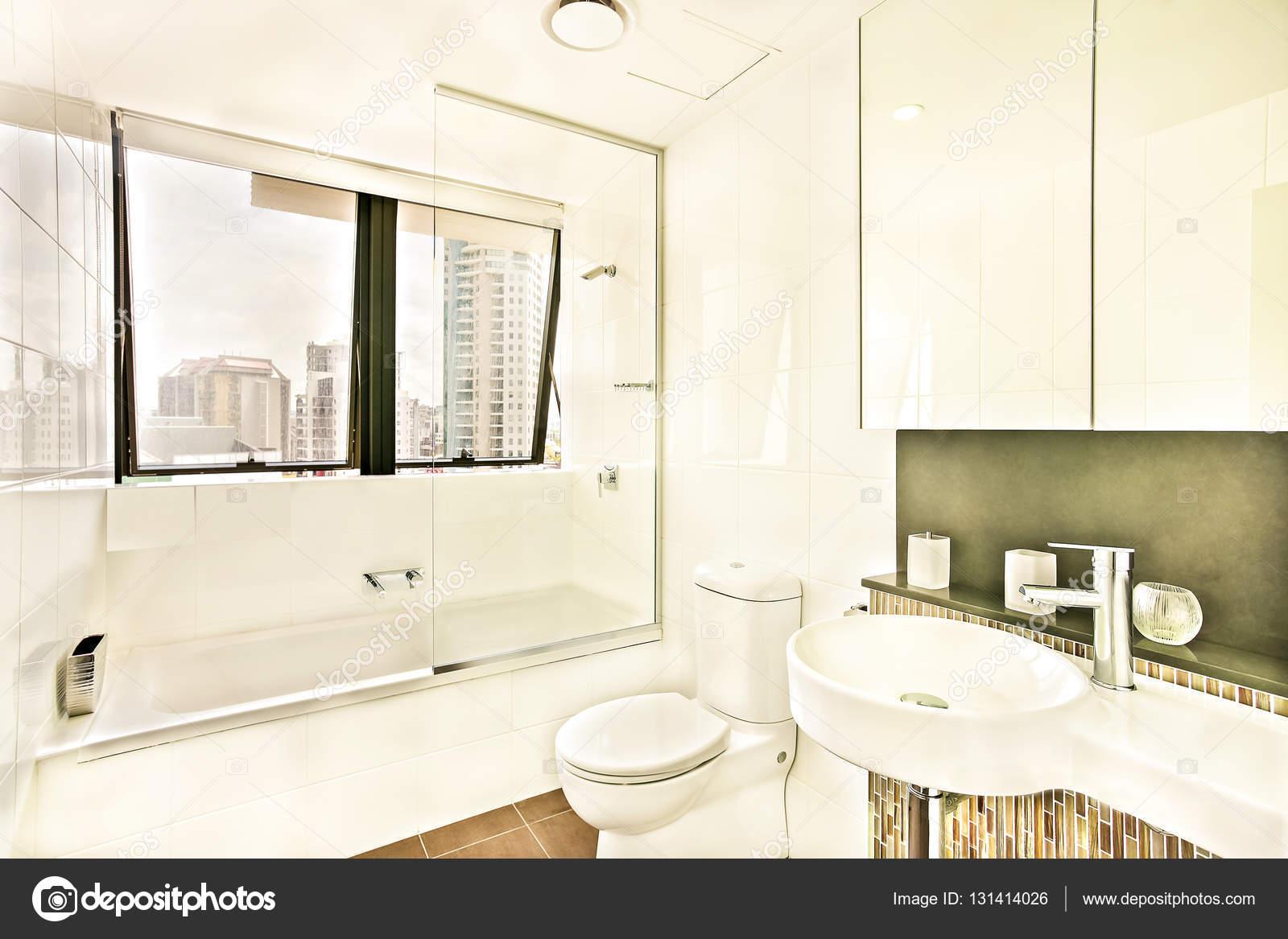 Bagno vicino a finestre di vetro con piastrelle foto stock jrstock1 131414026 - Stock piastrelle bagno ...