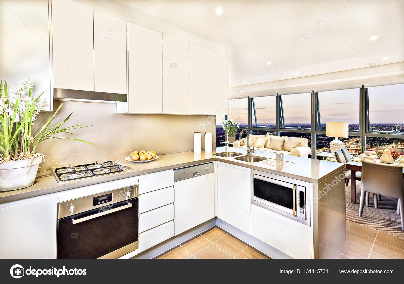 Modernt kök interiör med vardagsrum pÃ¥ kvällen — stockfotografi ...