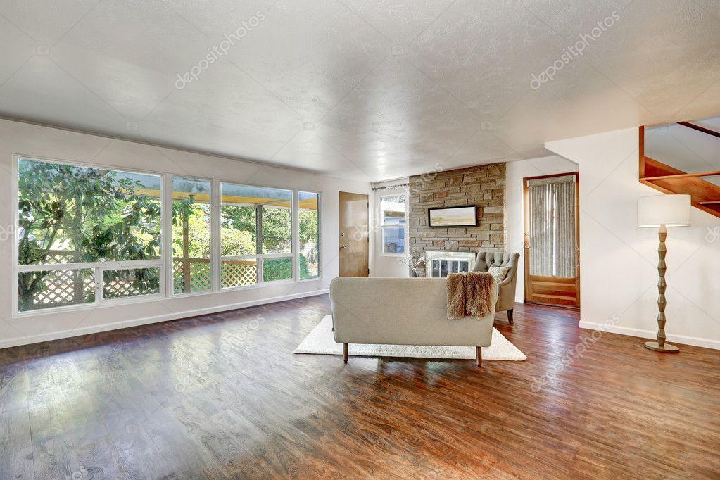 Amplio living comedor con grandes ventanales y piso de madera ...