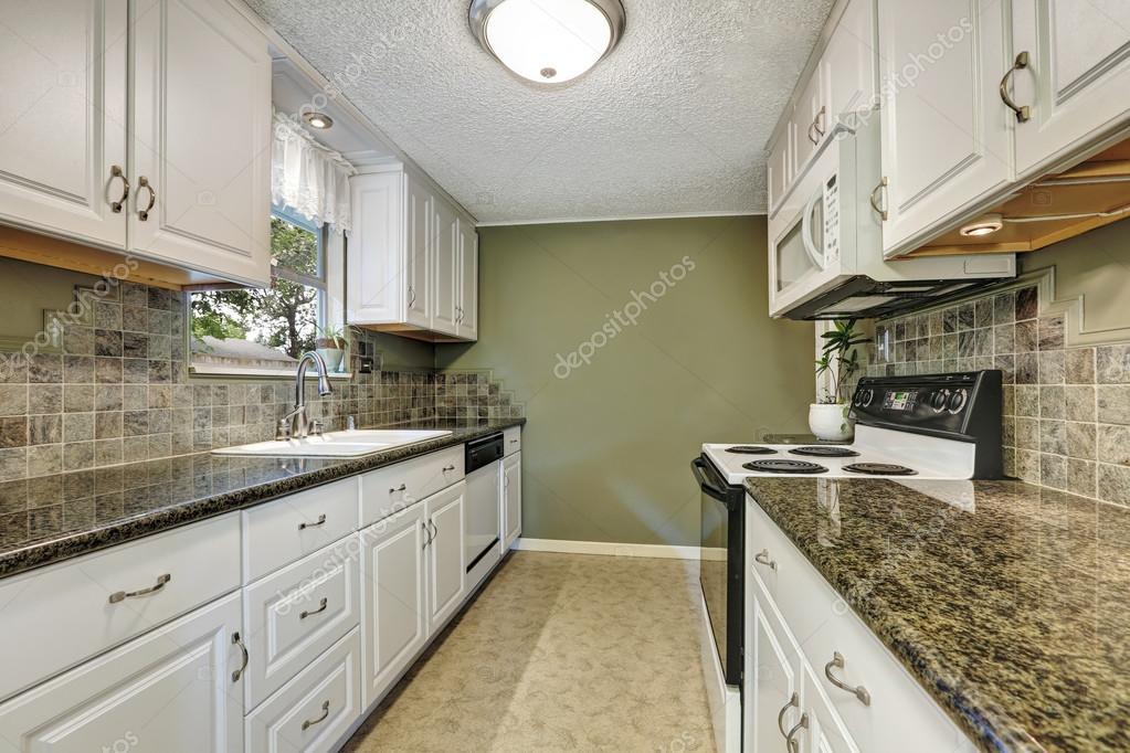 흰색 캐비닛, 화강암 상판과 부엌 방 인테리어 — 스톡 사진 #128453278
