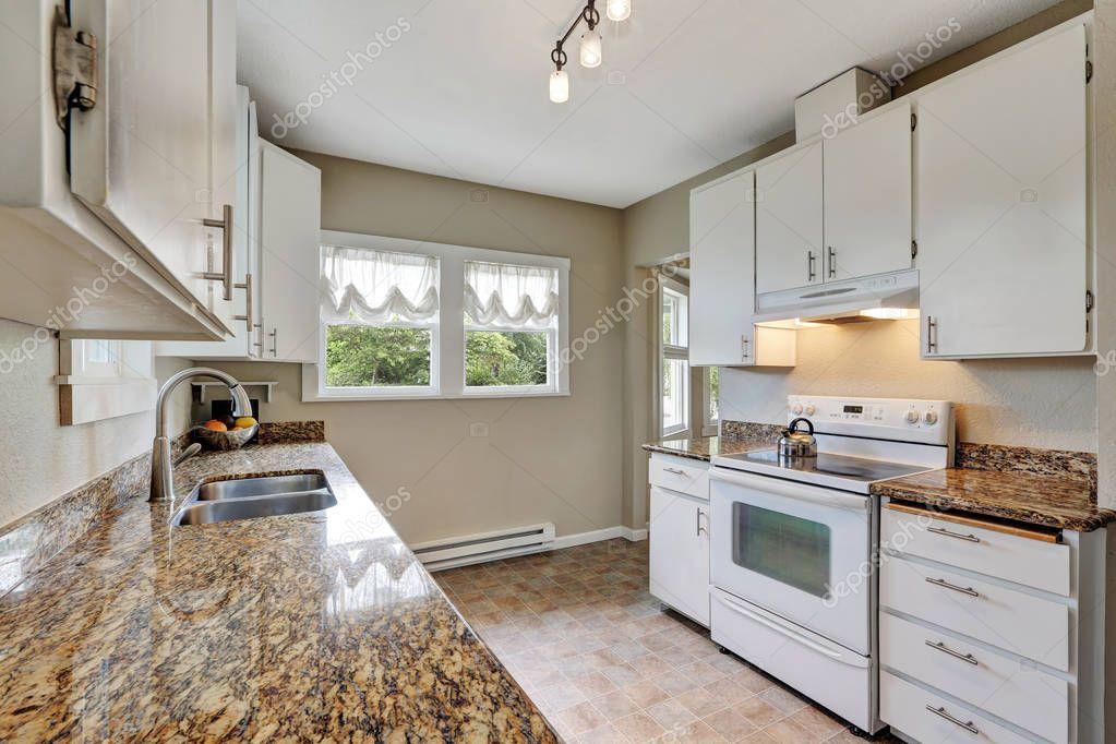 Eenvoudige witte keuken kamer met graniet tellers — stockfoto ...