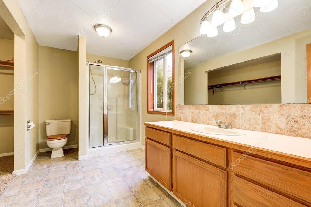 밝고 큰 욕실 인테리어 — 스톡 사진 © iriana88w #129328172