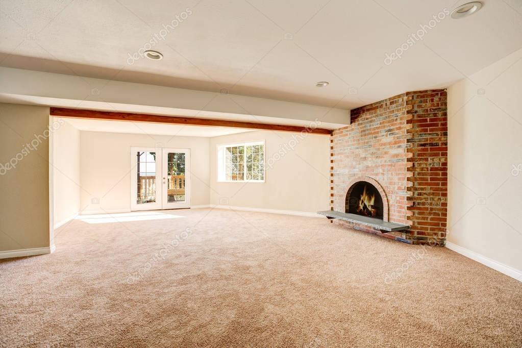 Ruime lege woonkamer interieur met tapijt vloer — Stockfoto ...