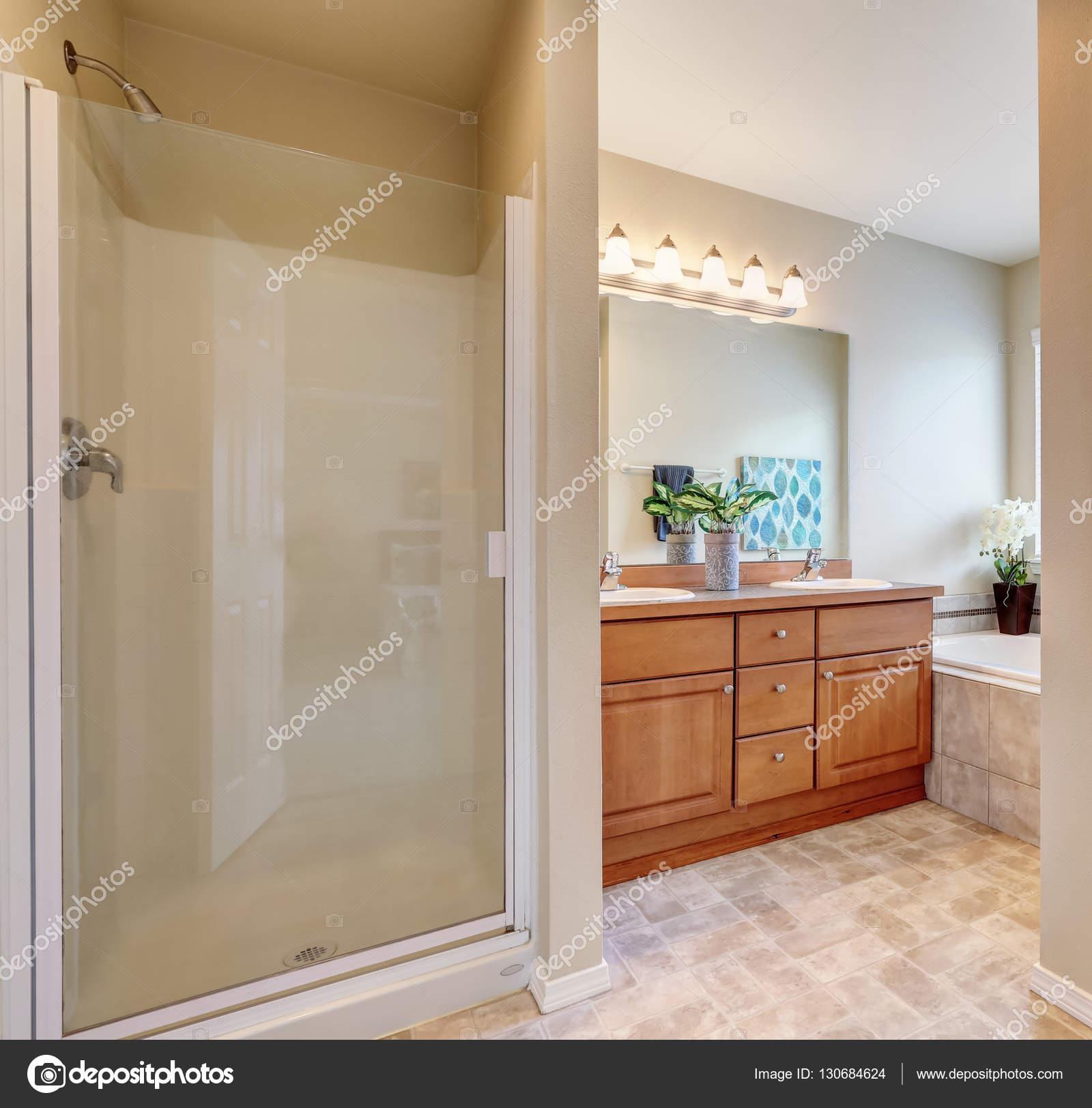 Badrum inredning med en dusch och badkar — stockfotografi ...