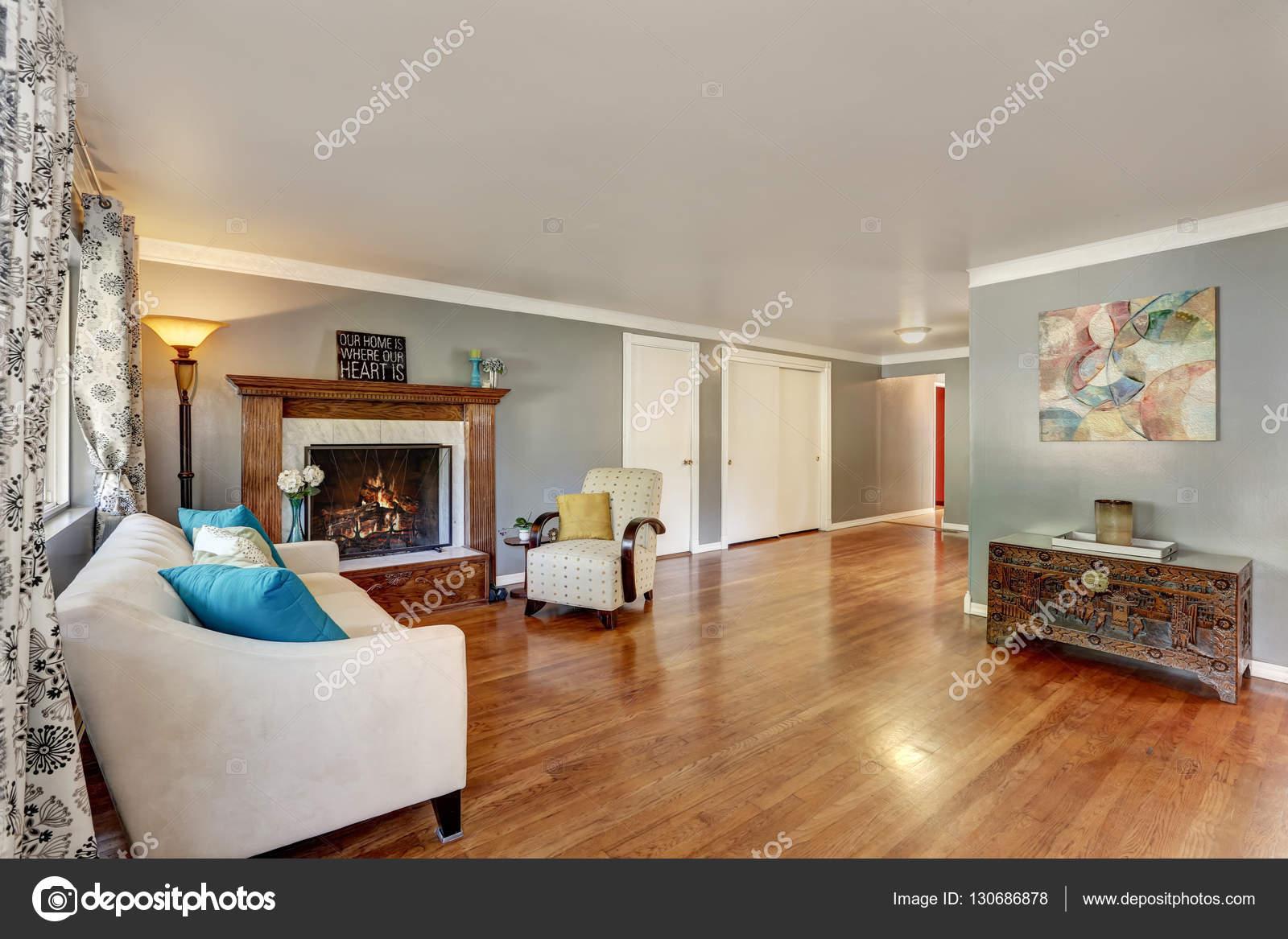 Interiore del salone con pavimento in legno lucido — Foto Stock ...