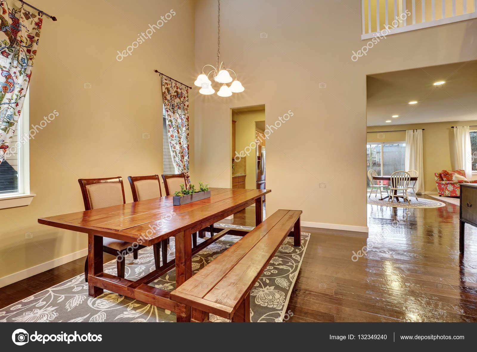 Zona pranzo con tavolo in legno rustico e panca — foto stock ...