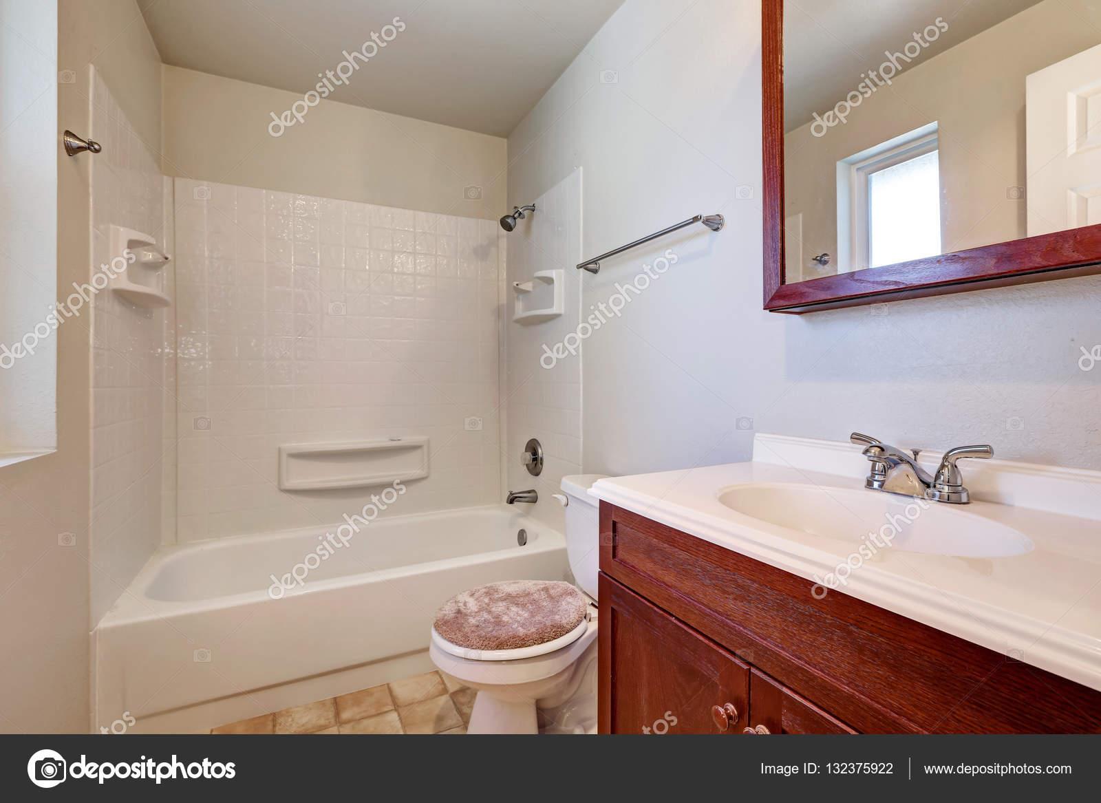 Vitt badrum med mahogny fÃ¥fänga skÃ¥p — stockfotografi © iriana88w ...