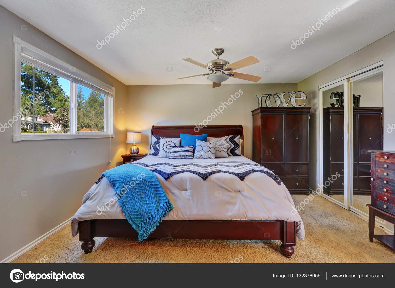Klassiska sovrum inredning med möbler i mahogny — stockfotografi ...
