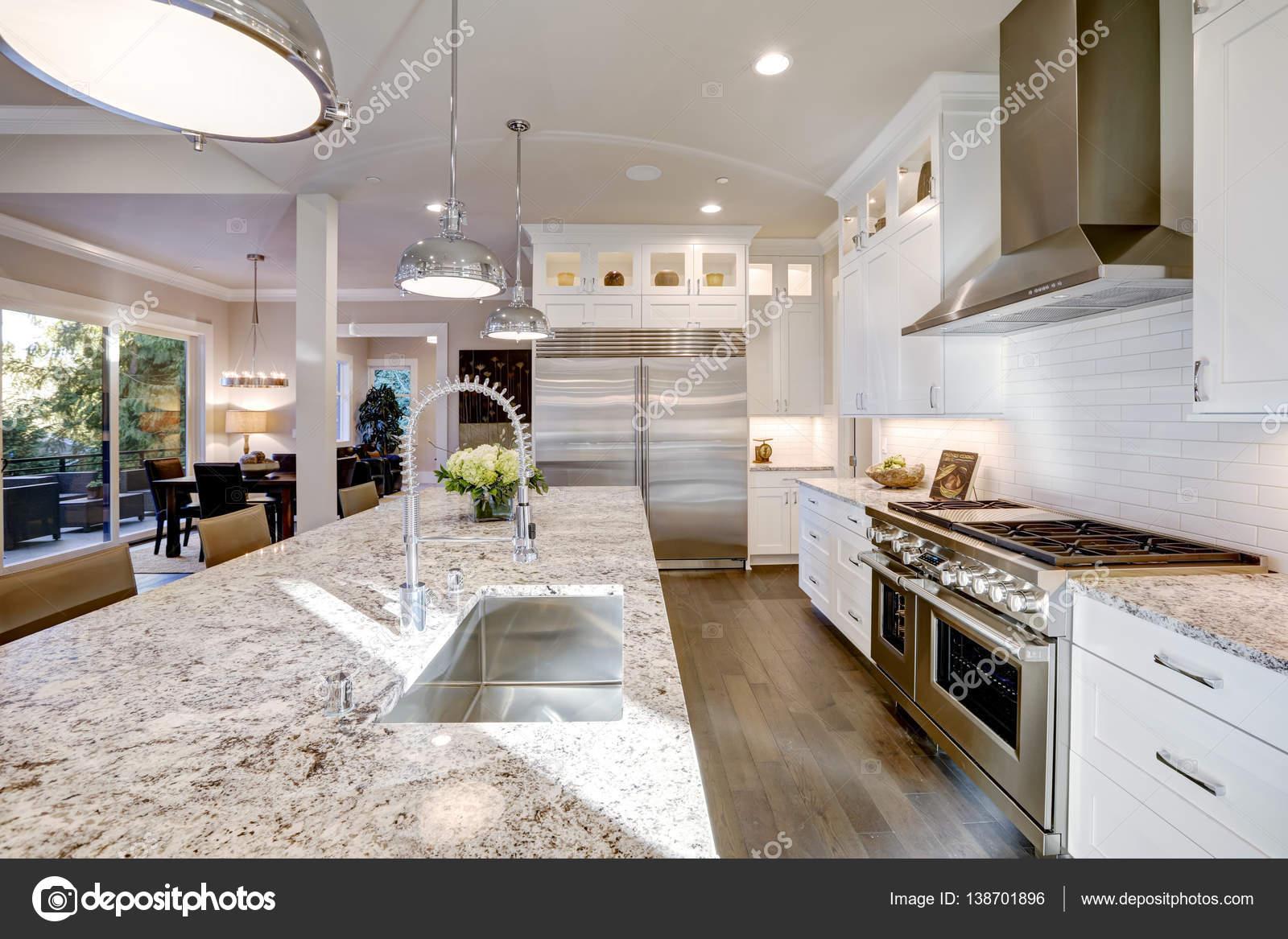 bianco design nella nuova casa di lusso ? foto stock #138701896 - Cucina Di Design Armadio Di Lusso