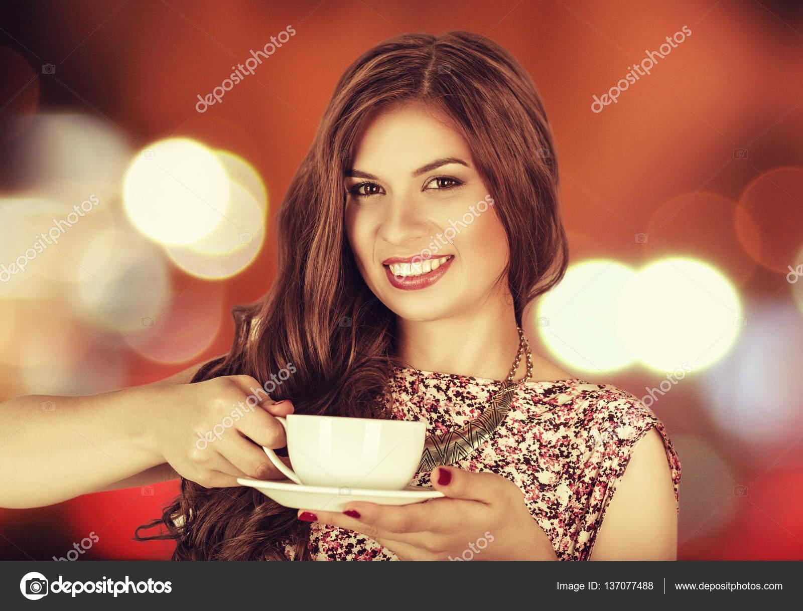 Красивая девушка пьет чай фото
