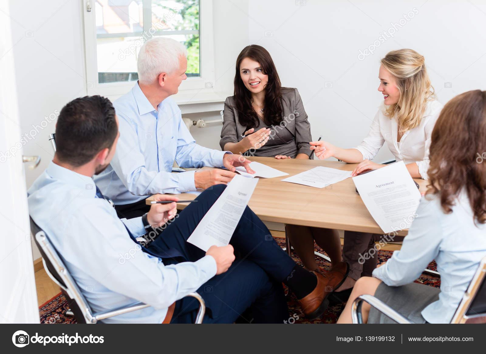 律师在法律团队开会坚定阅读文档– 图库图片