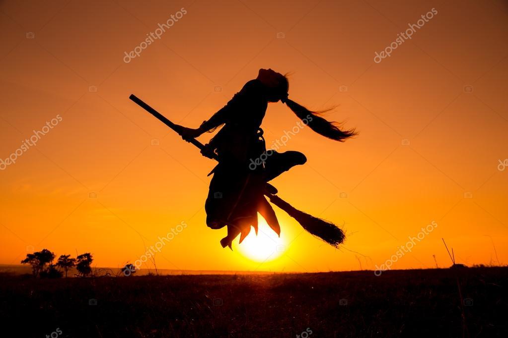 Silueta De Joven Bruja Volando En La Escoba
