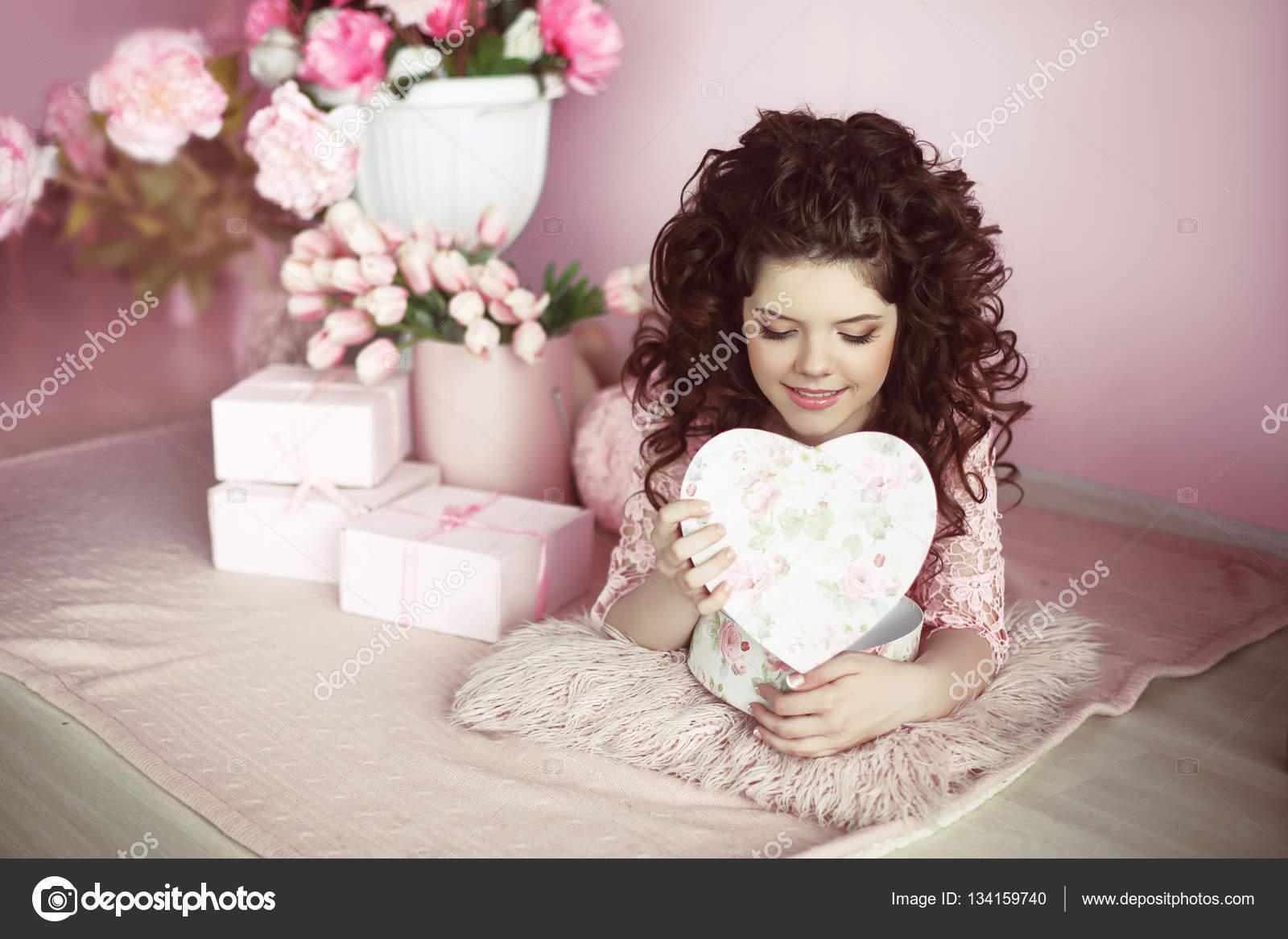 Романтическое фото девушки брюнетки