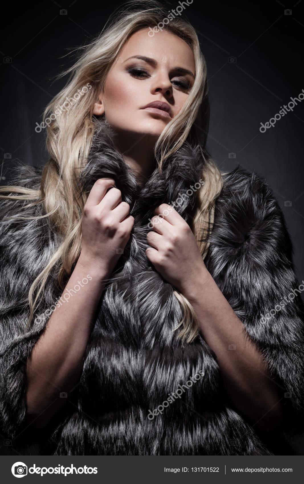 Милая блондиночка в шубке фото 377-365