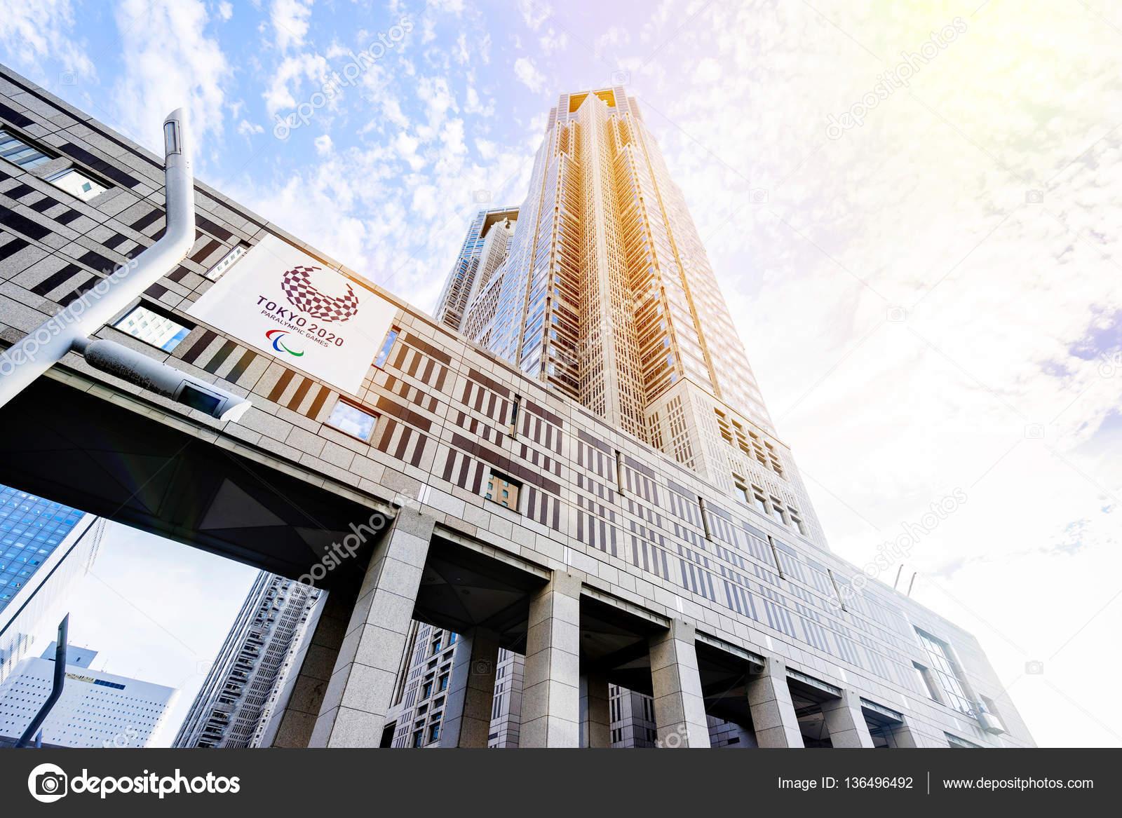 la vista del edificio del gobierno de tokio con el logotipo de los juegos paralmpicos de tokio rascacielos reflejan dramticas