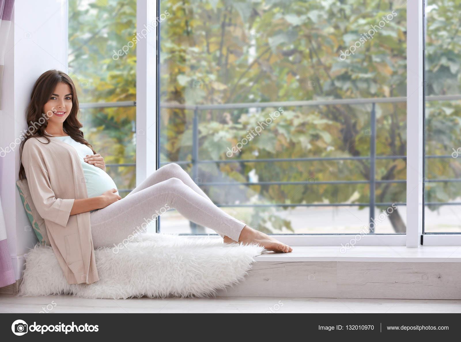 Фото беременная девушка у окна