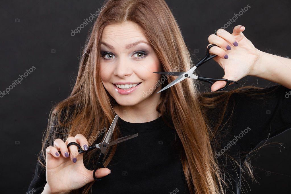 Barbier coiffeur féminin avec des ciseaux — Photographie Anetlanda ...