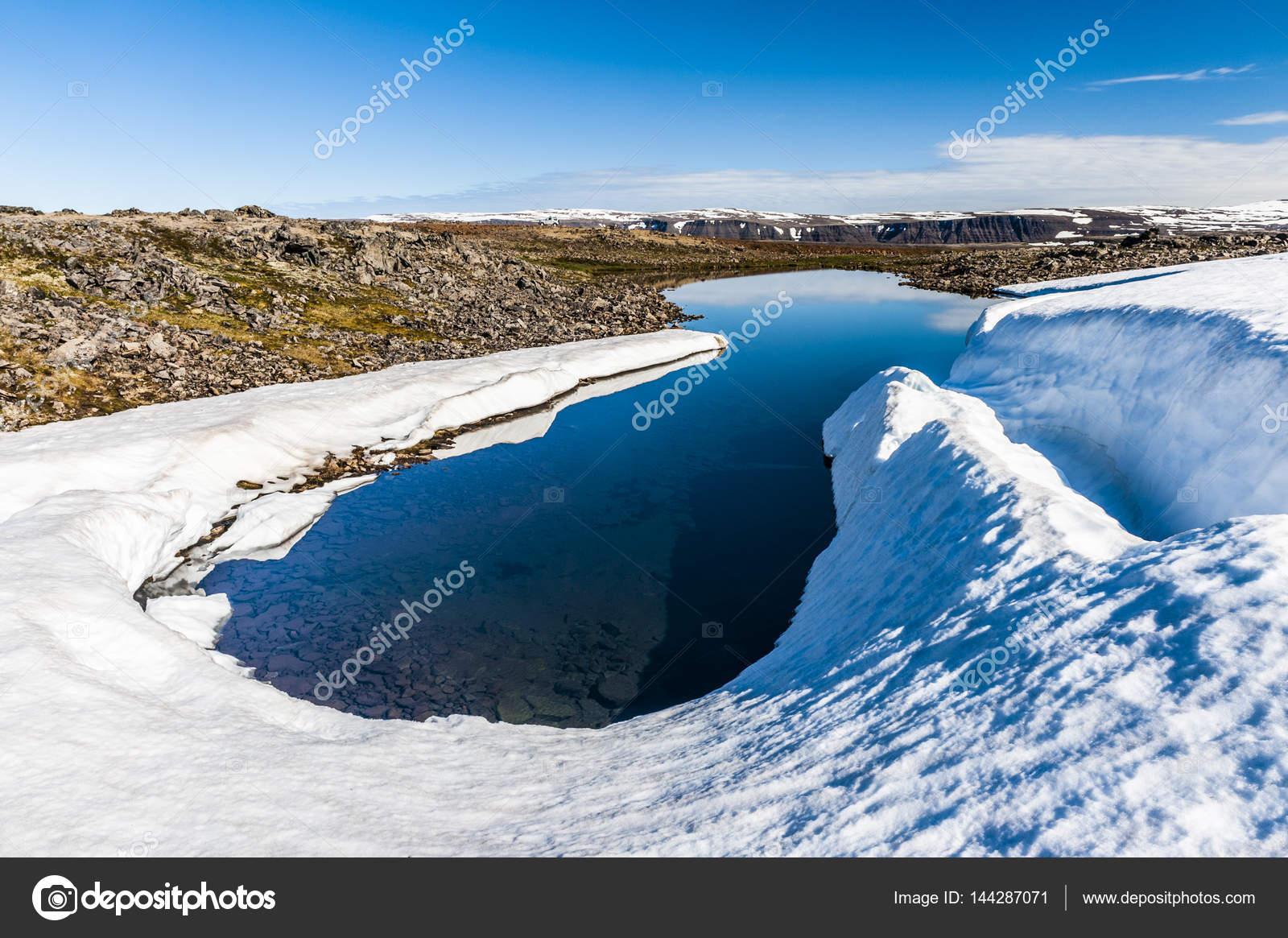 西部峡湾半岛,冰岛山区冰川池– 图库图片