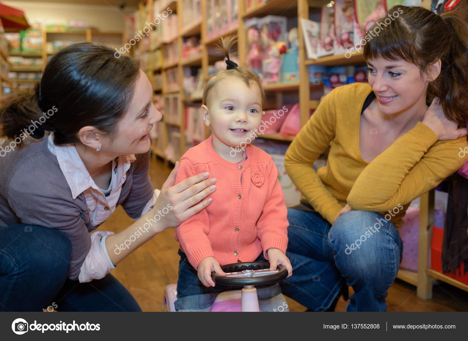 смотреть девушка с игрушками