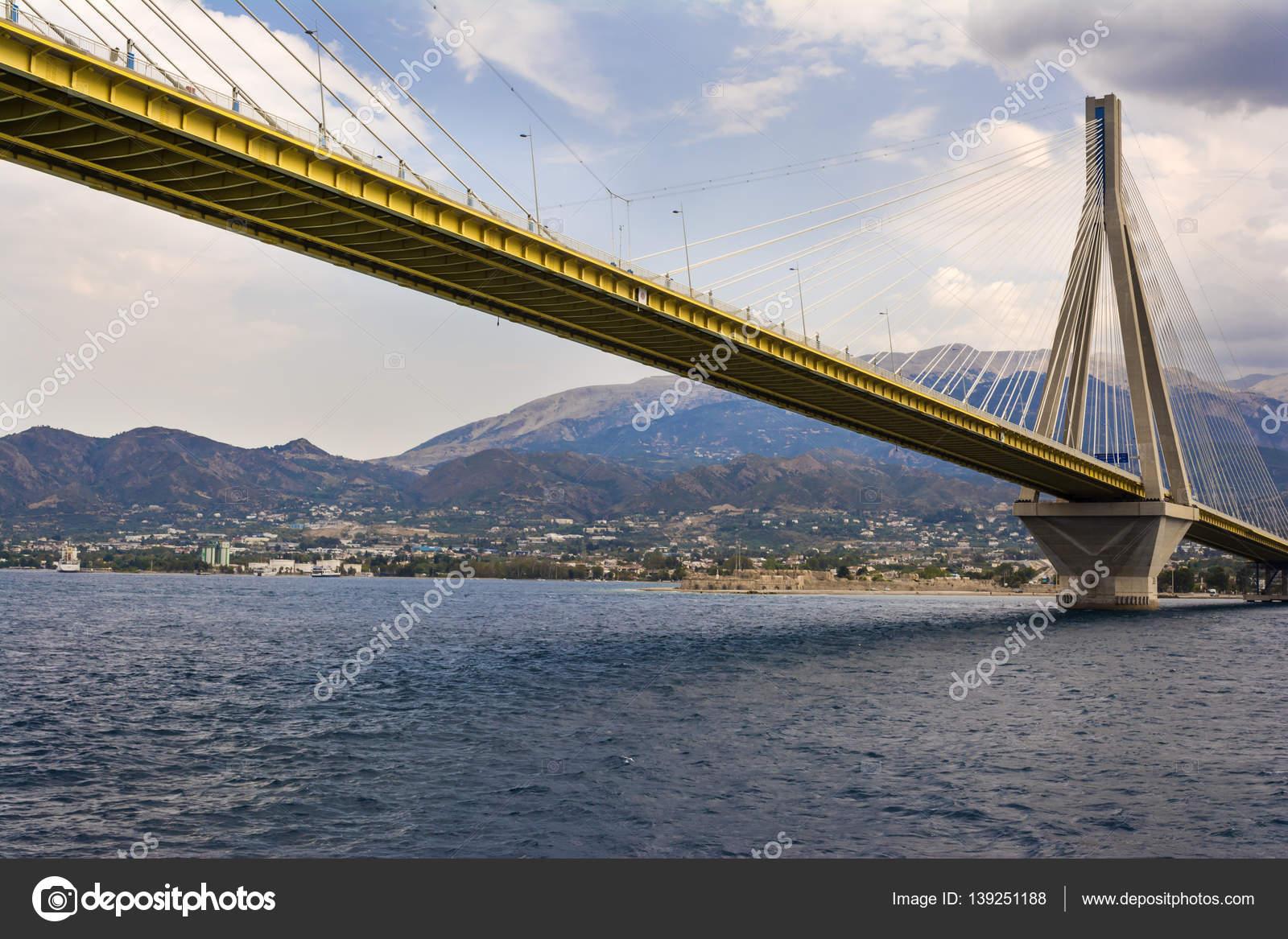 Строительство моста началось 11 февраля 2011 года, и он впервые был открыт 30 декабря 2011 года