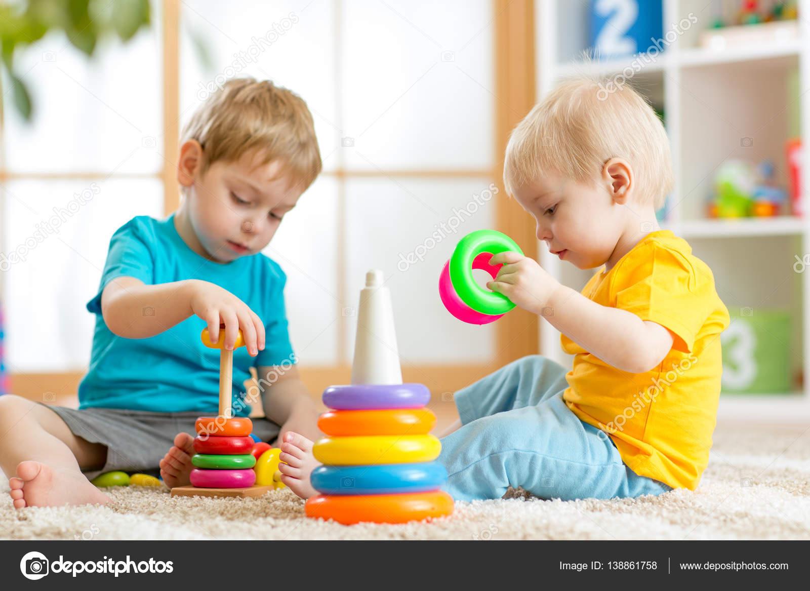 Ni os jugando juntos beb y ni o peque o juegan con for Casa de jardin ninos