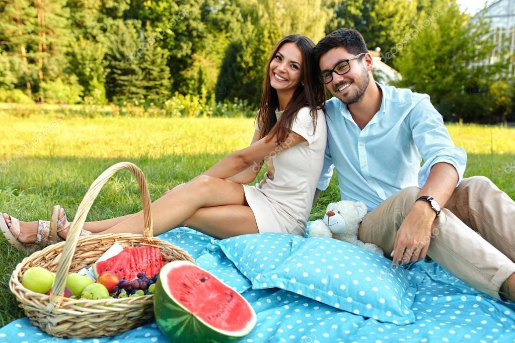 Heureux couple amoureux romantique pique nique dans le - Pique nic romantique ...