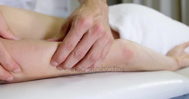 Девушка делает женщине взрослой массаж видео фото 28-313
