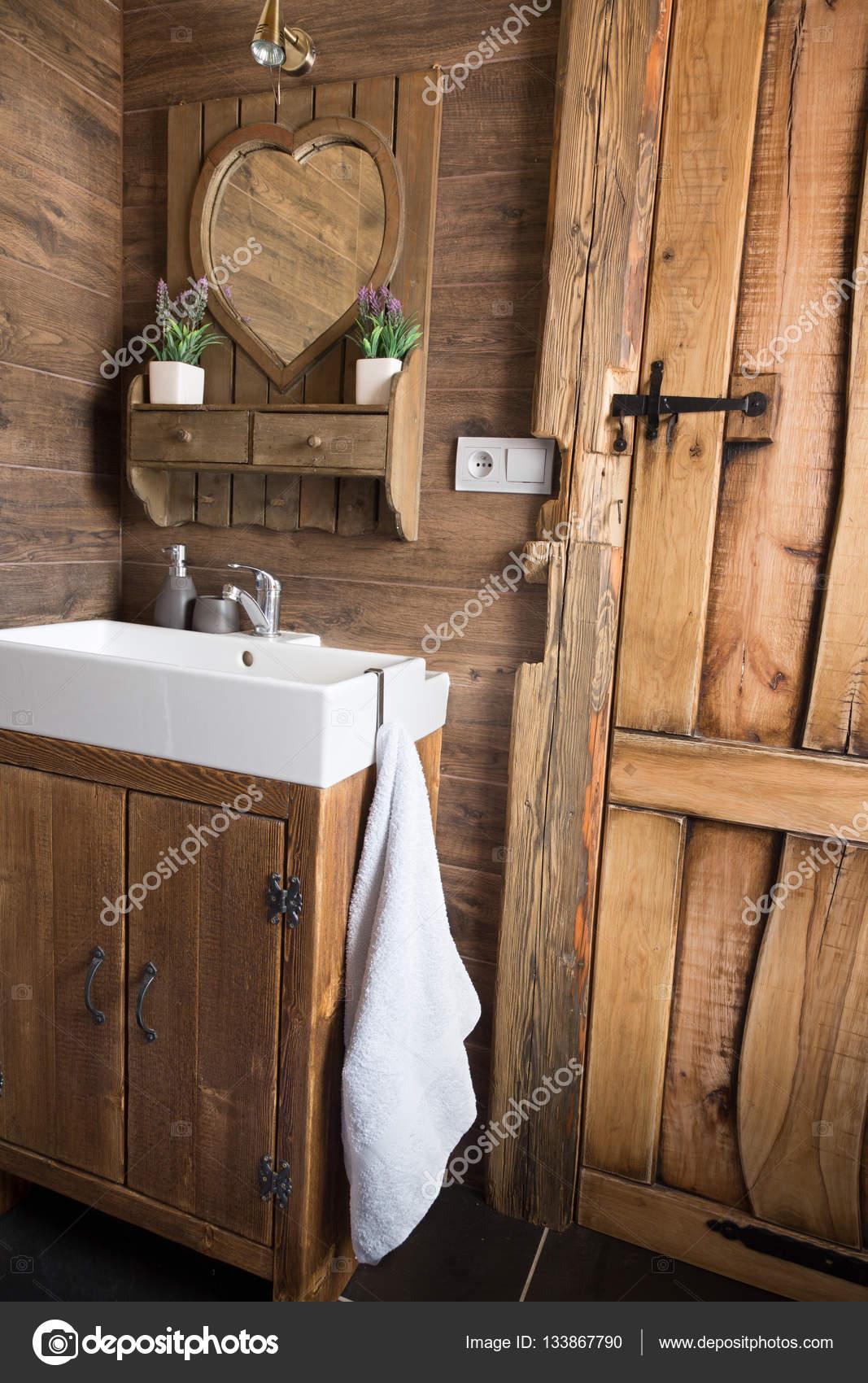 Porta di stile rustico, grezzo bordo di legno della plancia ...