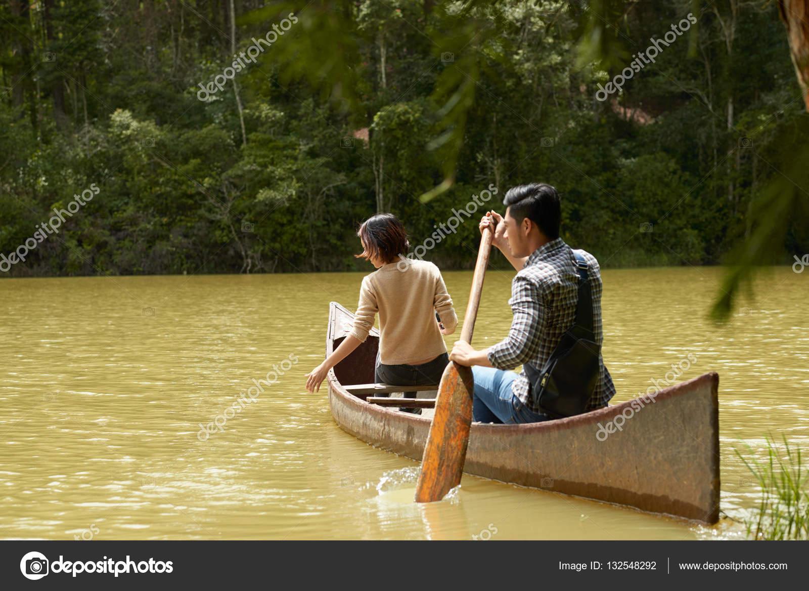 молодая пара на речке