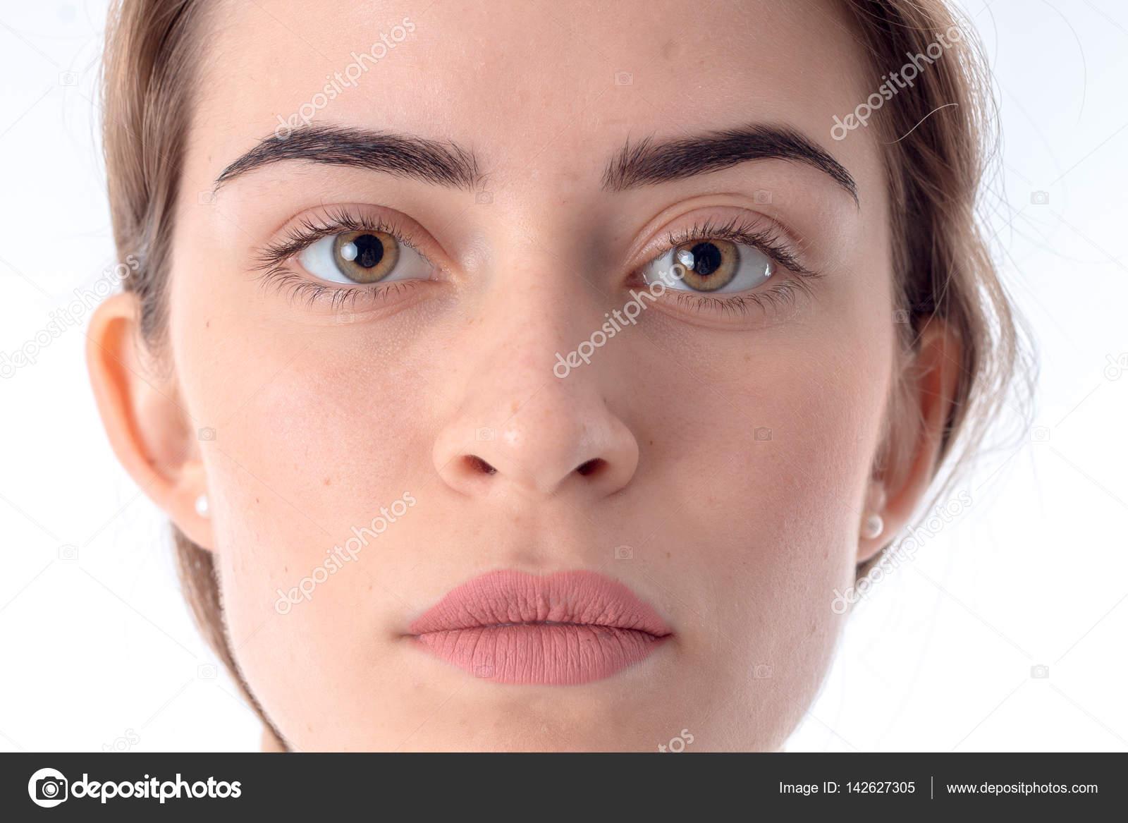 Глаз девушки без макияжа