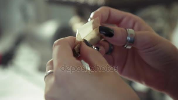 Картинки по запросу жінка курить марихуану