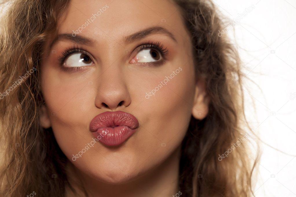 Поджатые губы у девушки