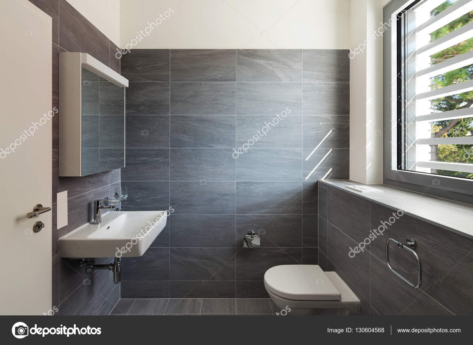Interieur van een modern huis grijze badkamer stockfoto for Afbeeldingen interieur