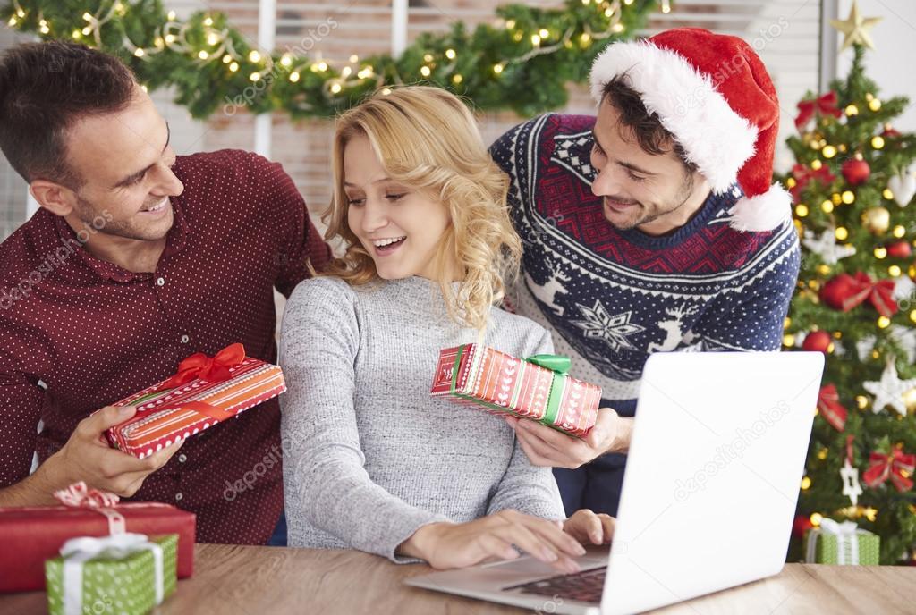 Какие жители придумали дарить на новый год подарки друг другу