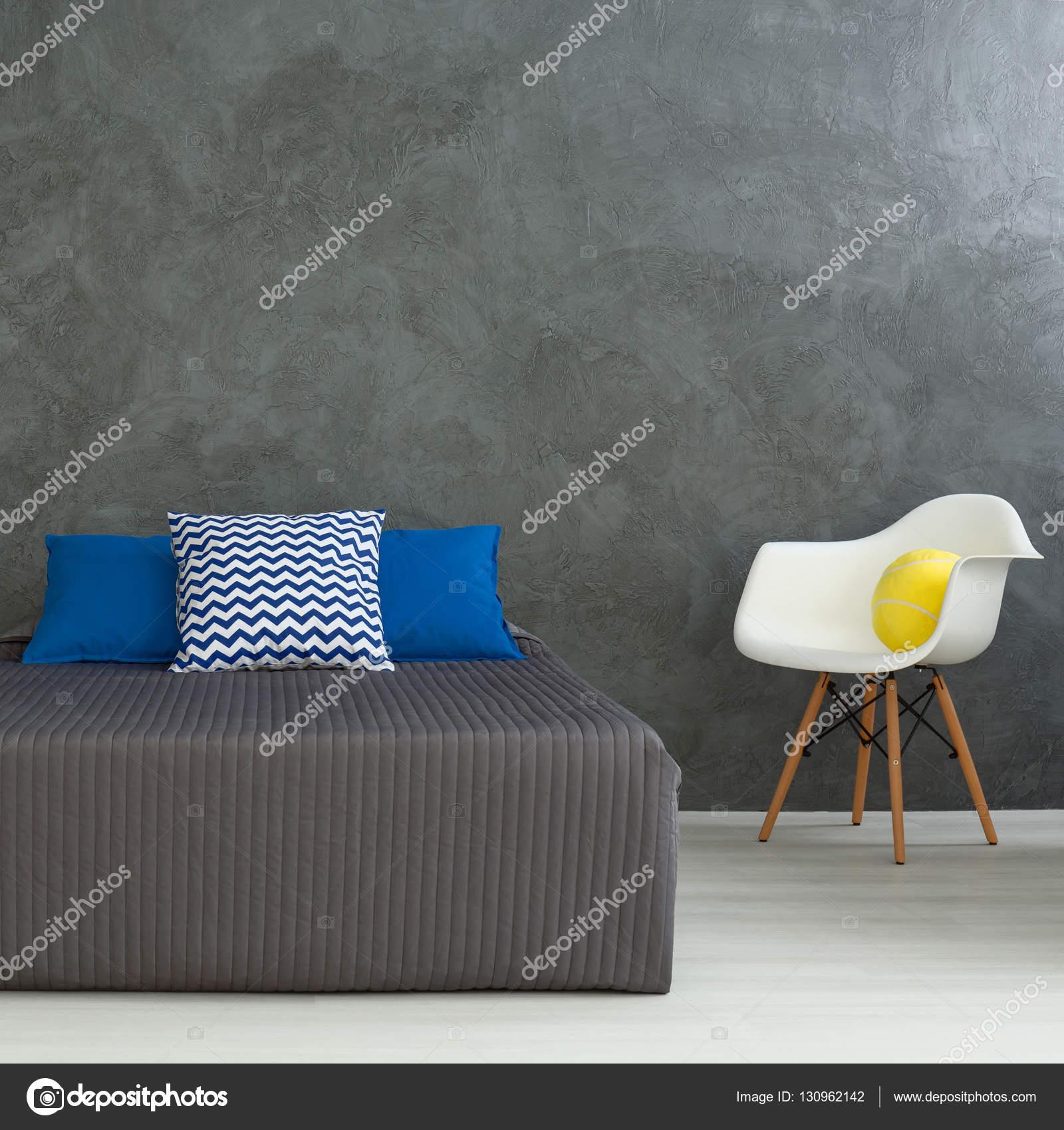 GrÃ¥ moderna sovrum med blÃ¥ kuddar — stockfotografi © photographee ...
