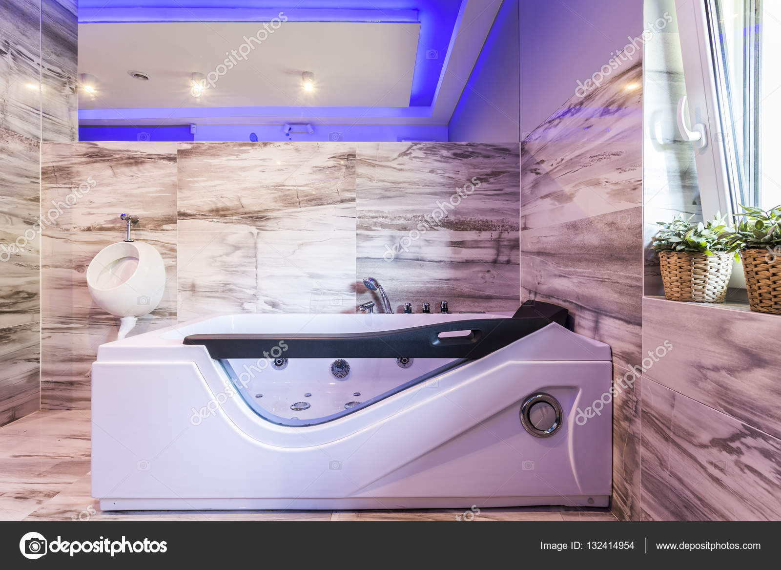 Bekväma jacuzzi och pissoar i kaklat badrum — stockfotografi ...