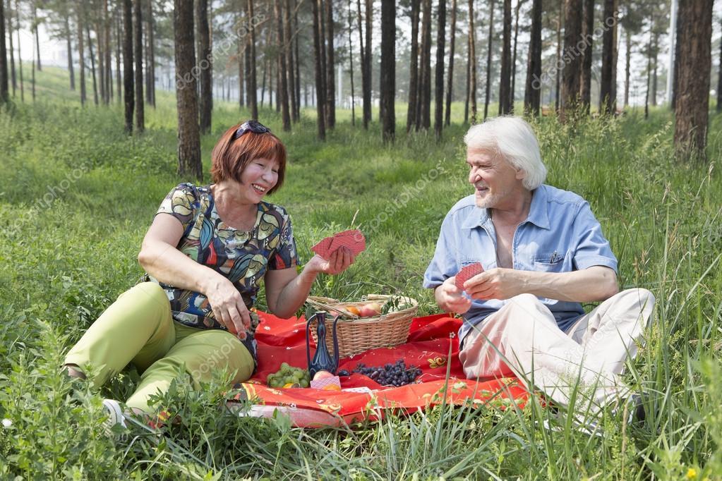 муж и жена в лесу