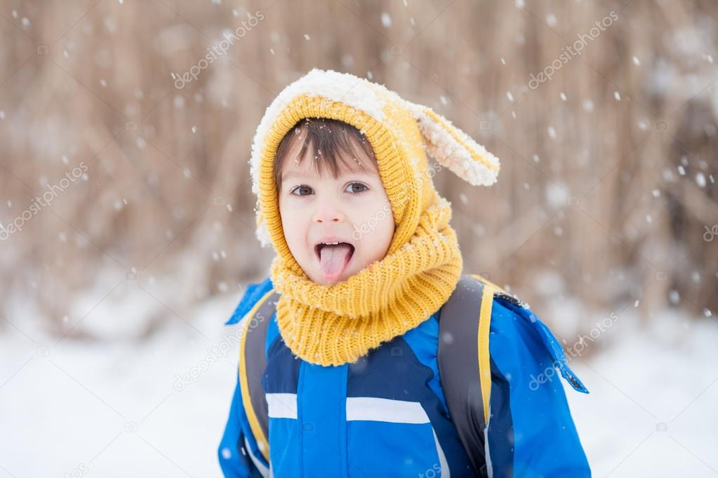 девочка ловит снежинки картинки