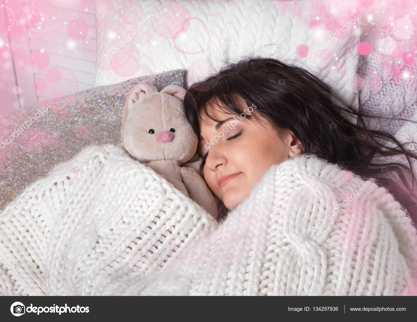 Фото спящая девушка с мишкой