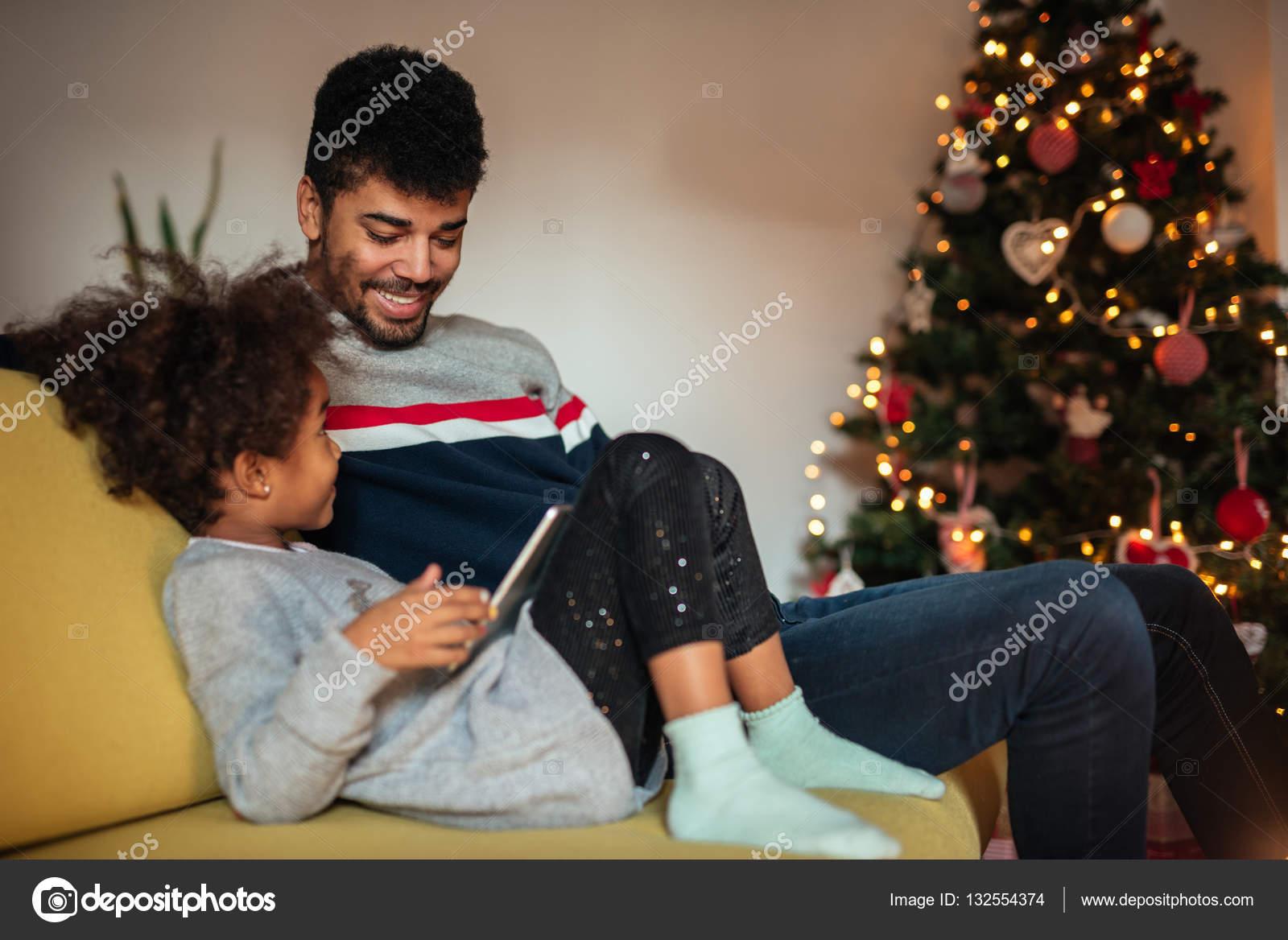 Папа дочь на диване 4 фотография