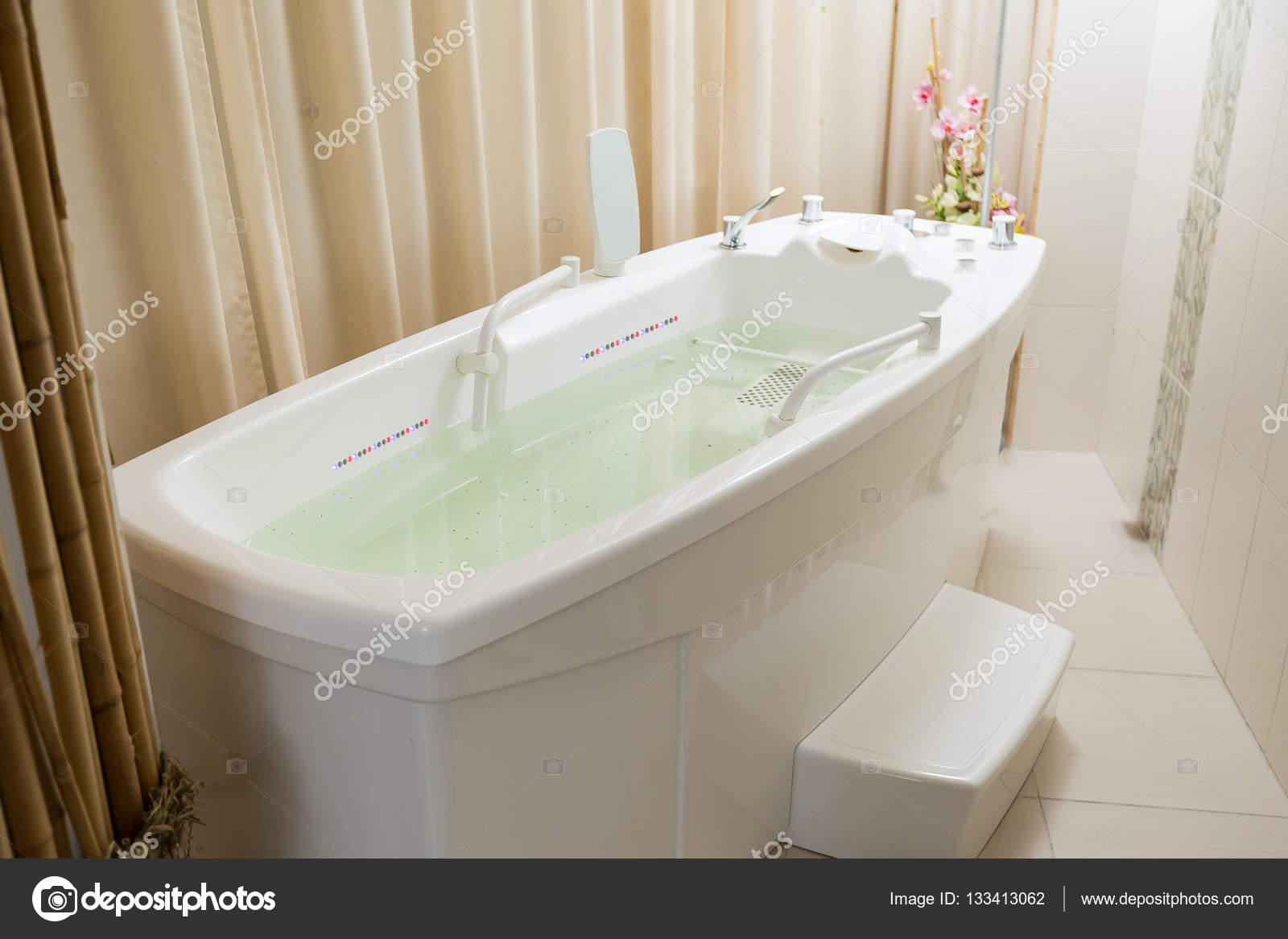 Vider le jacuzzi baignoire remplie d eau dans le spa photographie photonsk - Baignoire spa jacuzzi ...
